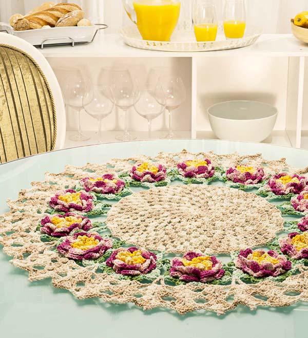 Centro de mesa redondo com flores dálias - Cisne Multiarte