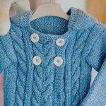 Casaco de Tricô Azul com Capuz - Fio Cisne Super Bebê Soft