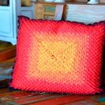 Almofada de Crochê Chama - Linha Prisma