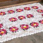 Tapete Retangular Cru com Flores Vermelhas de Crochê - Cisne MultiArte